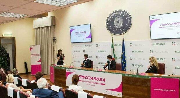 La presentazione dell'iniziativa Frecciarosa con il ministro della Salute Roberto Speranza (al centro fra le bandiere)