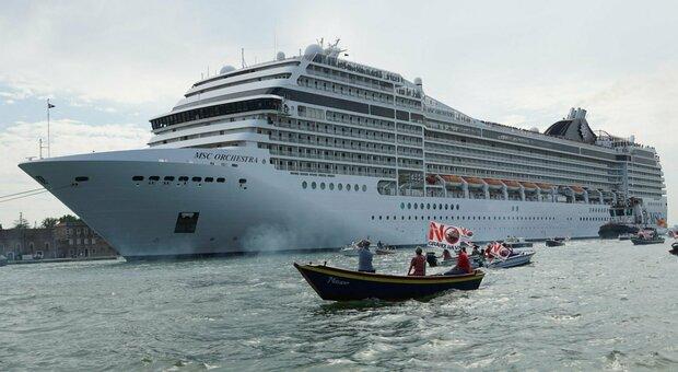 CROCIERE La nave in bacino di San Marco, da agosto non potrà più transitare