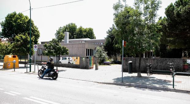 Raid notturno nella scuola primaria: divelti distributori, sparite casseforti