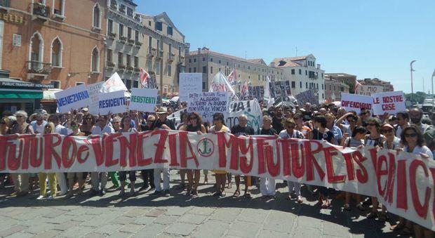 Stritolati dal turismo, residenti in piazza per riprendersi la città
