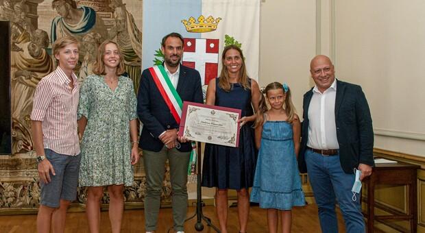 La pergamena consegnata dal sindaco Conte e dal vicesindaco De Checchi alla moglie e ai figli di Andrea Pinarello