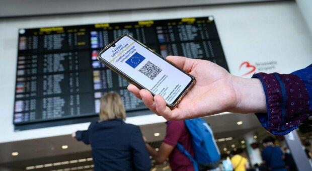 Green pass, obbligo dal 6 agosto: le regole. Per i prof (e su treni, aerei e navi) scatterà a settembre