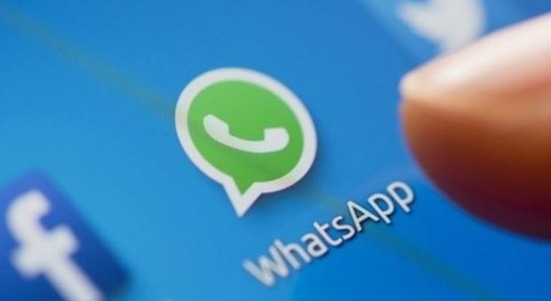 Scuola, chat di classe su WhatsApp tra genitori: i presidi le vietano. Ecco perché
