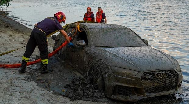 Auto affiora dal Po: il mistero dell'Audi ripescata con il volante legato