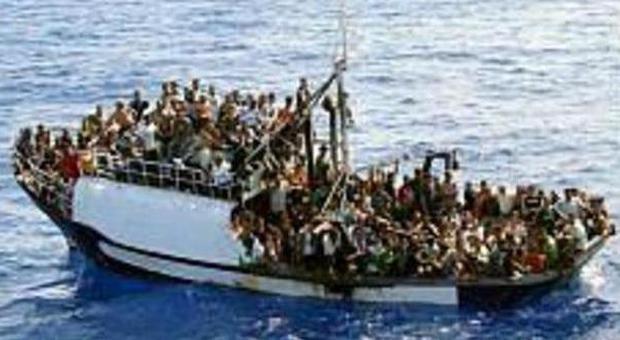 Immigrazione, nave con 356 persone e un morto a bordo in rotta verso la Sicilia
