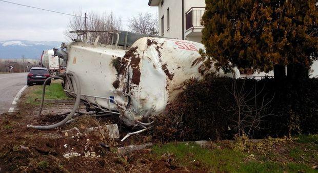 Evita lo schianto con un 39 auto ma perde la cisterna for Lo espejo 0847 la cisterna