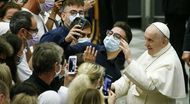 Papa Bergoglio rivela: «Durante la mia operazione c'è chi pensava al conclave e chi mi voleva morto»