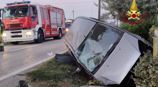 Incidente oggi a Camisano. Auto nel canale di scolo e contro il muretto di cemento della casa: un ferito