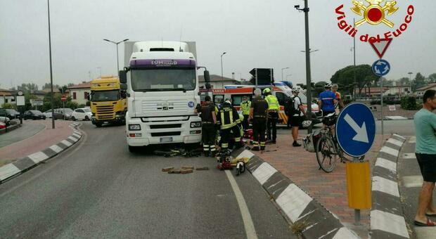 Ciclista in gita con 15 connazionali travolta da un Tir in circonvallazione: è gravissima
