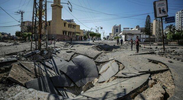 Israele, operazione via terra su Gaza: truppe al confine, colpiti 150 tunnel sotterranei scavati da Hamas. Netanyahu: «Avanti per tutto il tempo necessario»