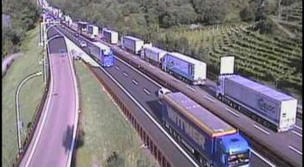 A destra la carreggiata sud, direzione Modena, con la fila di mezzi pesanti fermi