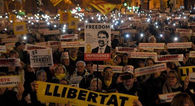 Catalogna oggi s 39 insedia il nuovo parlamento roger for Oggi in parlamento