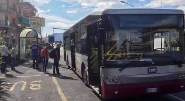 Savona, bus diversi per studenti e migranti. «Disturbano le ragazze». È bufera sulla decisione del sindaco