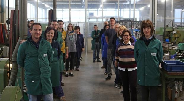 I fratelli Maserin, titolari dell'omonima coltelleria, con i dipendenti nello stabilimento di Maniago
