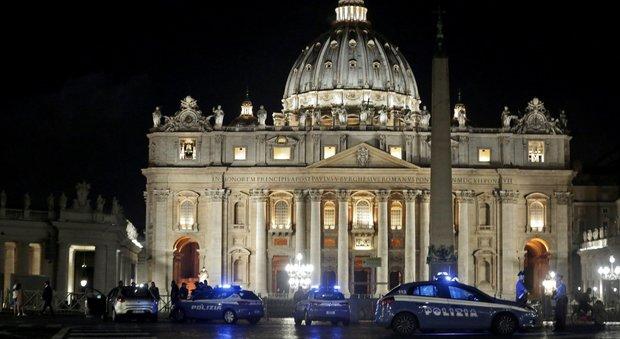 San Pietro, uomo sfonda le transenne con l'auto e fa irruzione in piazza