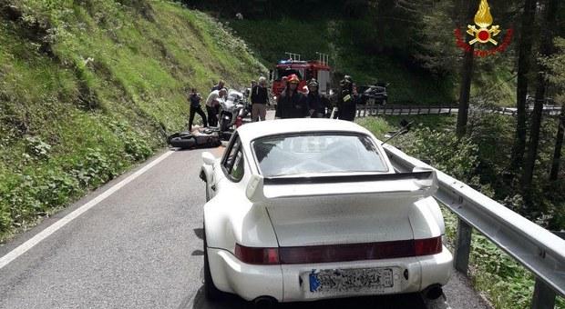 Doppia curva: scontro fra una Porsche e una moto Honda. Centauro ferito /Foto