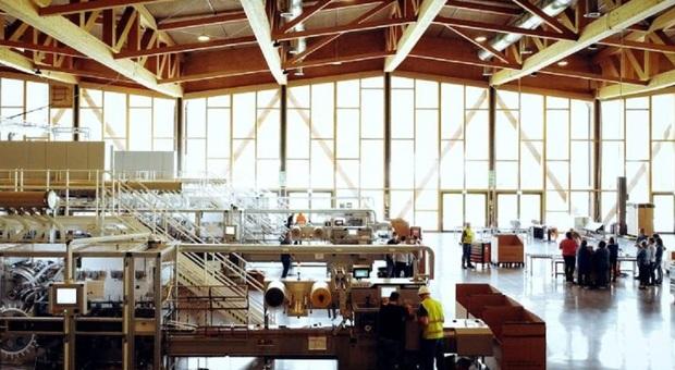Il PalaLuxottica di Agordo, trasformato in stabilimento per la produzione di mascherine