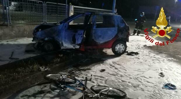 L'auto distrutta e la bici a terra