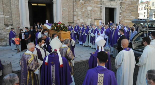 Ottanta sacerdoti per l'addio a don Francesco: «Sei stato un dono per tutti noi»