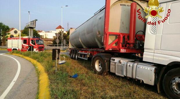 Incidente sulla Treviso Mare: camion esce di strada al casello della A27