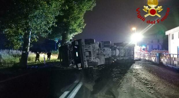 Incidente a Spresiano. Camion che trasporta asfalto si ribalta: materiale sparso su tutta la strada