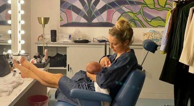 Mia Ceran allatta nel camerino della Rai: «Mamme, chiedete aiuto. Non si può fare tutto da sole»
