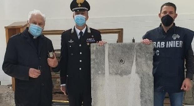 La pietra tombale recuperata dai carabinieri