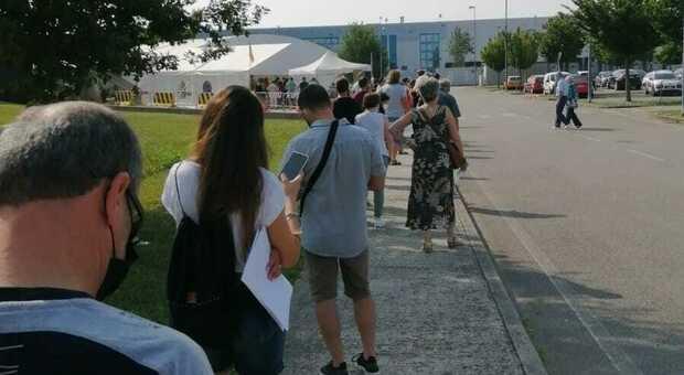 Tutti in coda per il vaccino anti covid a Portogruaro