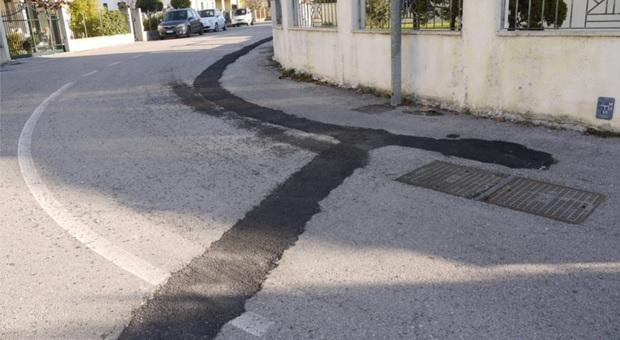 La curva di via Mazzini dove si è verificata la caduta e il rattoppo dei lavori stradali
