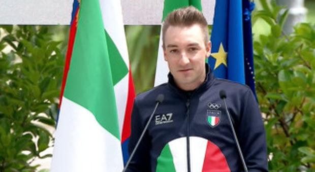 Olimpiadi a Tokyo, al Quirinale il presidente Mattarella consegna la bandiera alle delegazioni «Il nostro cuore è con Alex Zanardi» Video