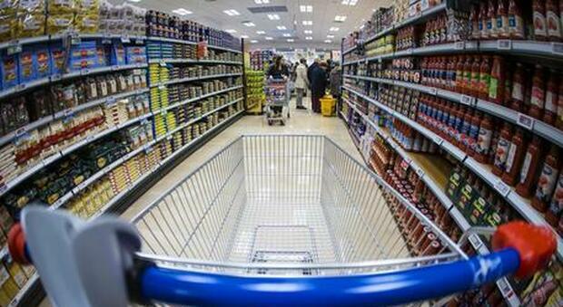 Confcommercio, italiani ancora dubbiosi sulla ripresa economica: tasse e prezzi frenano famiglie e imprese