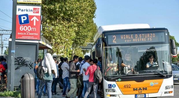 Studenti in coda per l'autobus