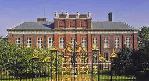 Si suicida con il fuoco davanti la residenza di william e kate for Interno kensington palace