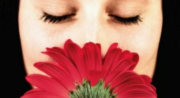 Donna sente per la prima volta gli odori a 24 anni: «Inspiegabile, non ha bulbi olfattivi»