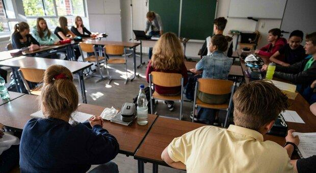 Scuola, nuove regole: potrà accompagnare lo studente un solo genitore. La novità help desk