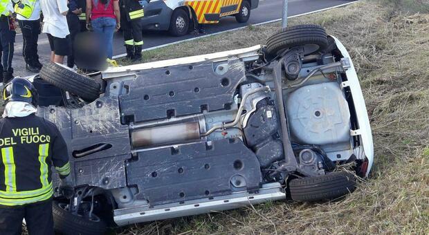 Sbanda e finisce fuori strada: rimasto incastrato e ferito l'automobilista