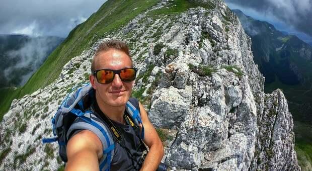Mattia Orsi, morto a 30 anni, durante un'escursione