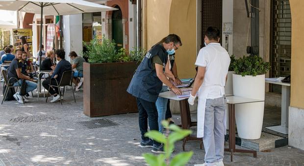 I carabinieri del Nas mentre effettuano l'ispezione nel kebab di piazza Duomo a Treviso
