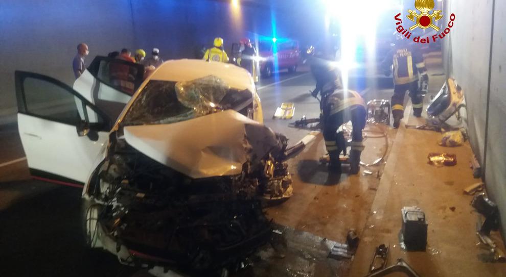 Scontro tra auto e camion nel tunnel: grave un ragazzo di 26 anni