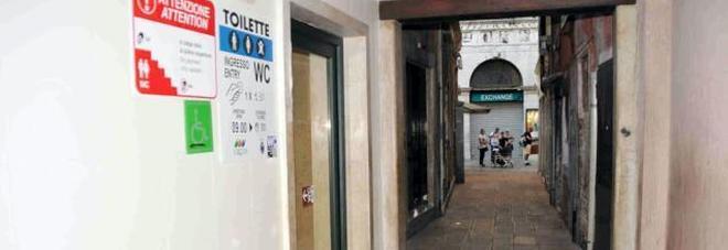 Milioni di turisti senza toilette I bagni in centro sono solo otto