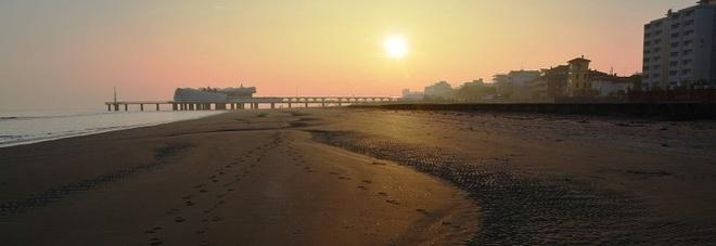 Risultati immagini per bimba donna spiaggia inverno