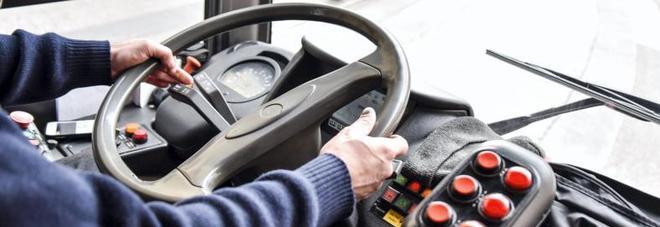 Vende falsi biglietti sull'autobus:  autista incastrato dai passeggeri