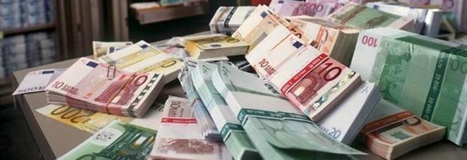 Mazzette nascoste nel corrimano  di una scala: trovati 60mila euro