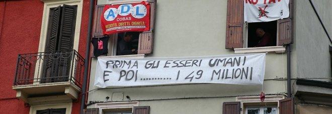 Striscione contro Salvini a Verona: «Prima gli esseri umani e poi...i 49 milioni»