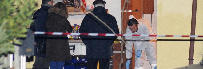 I rilievi all'interno del garage dopo l'omicidio di Berveglieri