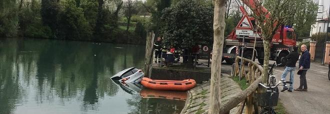 Distrazione fatale: dimentica il freno a mano e l'auto finisce nel fiume /Foto