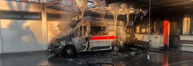 Boato e incendio alla Croce Rossa:  ambulanza distrutta nel rogo