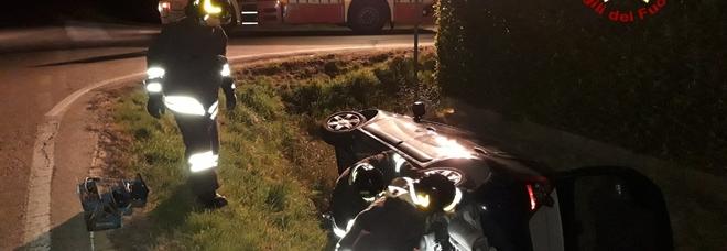 L'auto sbanda e si rovescia nel fossato: due donne salvate dai vigili del fuoco