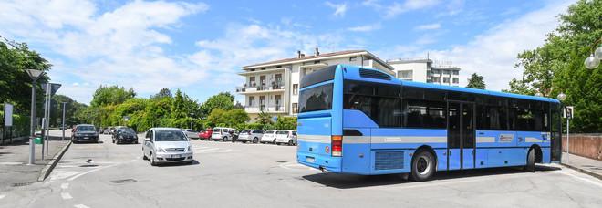 Autobus urta il furgone dei rifiuti:  operaio 57enne muore schiacciato  Autista denunciato: omicidio stradale