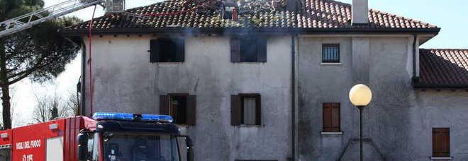 Incendio devasta il tetto della casa coniugi 90enni for Tetto della casa moderna